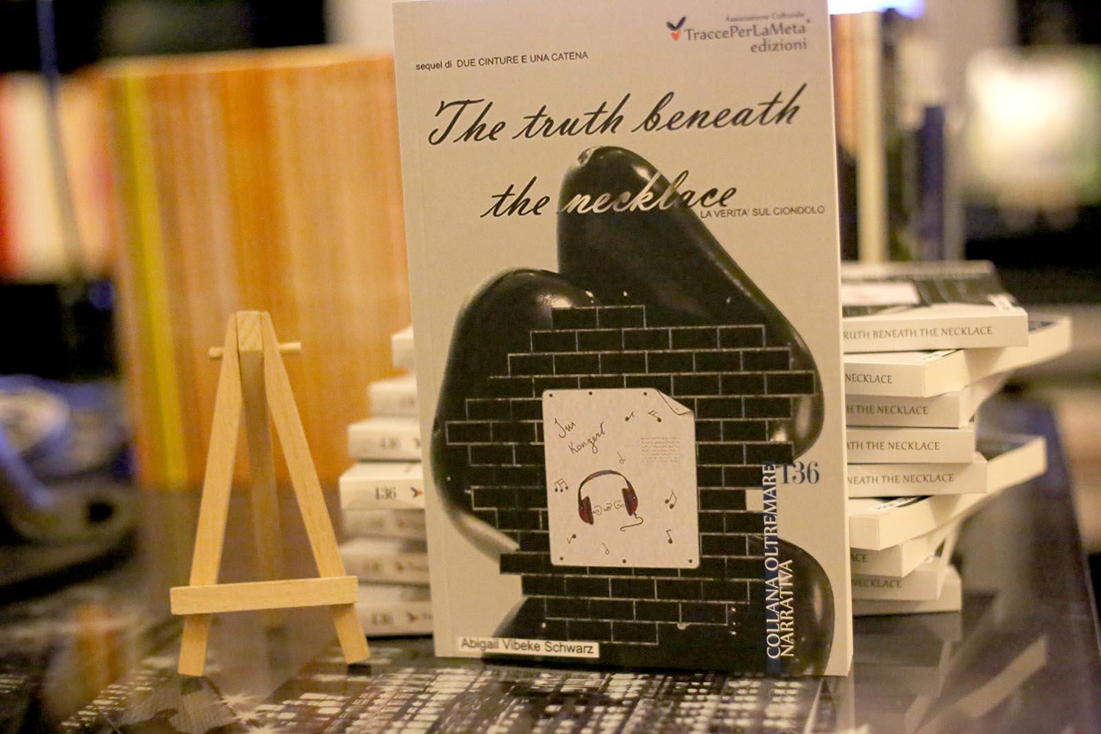 The Truth Beneath the Necklace – La verità sul ciondolo di Abigail Vibeke Schwartz